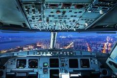 Flaches Cockpit und Stadt der Nacht in Shanghai lizenzfreies stockbild