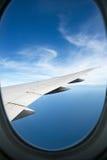 Flaches Fenster hoch auf den blauen Himmeln Stockbilder