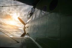 Flaches Fliegen in den Sonnenuntergang Stockbild