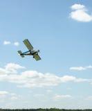 Flaches Fliegen in den Wolken über dem Feld Lizenzfreie Stockbilder