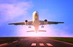 Flaches Fliegen des Passagierflugzeugs vom Flughafenrollbahngebrauch für das Reisen und Fracht, Frachtindustriethema Stockbilder