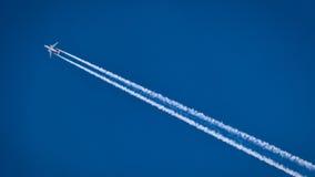 Flaches Fliegen im Himmel Stockbild