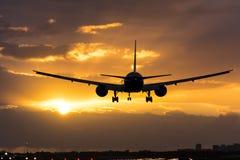Flaches Fliegen in Richtung zur Morgensonne Stockfotografie
