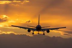 Flaches Fliegen in Richtung zur Rollbahn während des Sonnenaufgangs Stockfotografie
