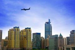 Flaches Flugwesen über Stadt stockbilder