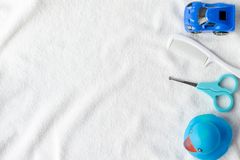 Flaches gelegtes Auto- und Entenbabyspielzeug des Schönheitsfotos blaues auf einem weißen Hintergrund Toilettenartikelausrüstung, stockfoto