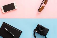Flaches Lagereisekonzept mit Kamera, Sonnenbrille, Smartphone, Anmerkung Stockfoto
