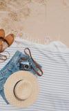 Flaches Legen von Sommersachen Stockfotografie