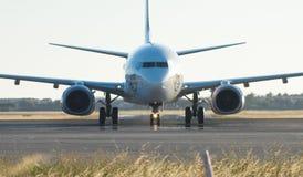 Flaches Nähern der Jungfrau-Fluglinien Lizenzfreie Stockfotos