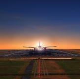 Flaches Nähern des Passagierflugzeugs auf die Flughafenrollbahnen, die zu sich vorbereiten Stockbild
