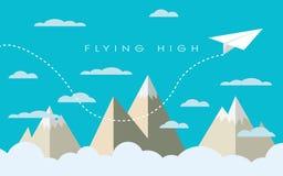 Flaches Papierfliegen über Bergen zwischen Wolken Stockfotografie