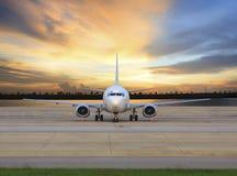 Flaches Parken des Passagierflugzeugs auf Flughafenrollbahngebrauch für Geschäft Stockfoto