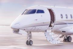 Flaches Parken des Privatjets am Flughafen Privates Flugzeug bei Sonnenuntergang, Stockbild