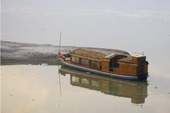 Flaches unteres Boot für Tourismusfeiertag auf Fluss Assam in Indien, Asien lizenzfreies stockbild