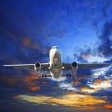 Flaches Vorbereiten des Passagierflugzeugs zur Landung gegen schönes düsteres Lizenzfreie Stockfotos