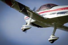 Flachpass überfliegen von einem aerobatic Flugzeug Lizenzfreie Stockbilder
