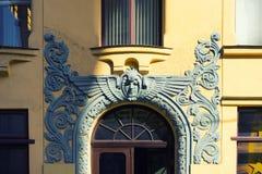 Flachrelief über dem Eingang zum Jugendstilgebäude in Riga stockbilder