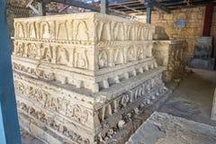 Flachrelief auf Stupa an Jaulian-Kloster in Taxila Punjab, Pakistan stockbilder