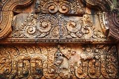 Flachrelief in Banteay Srei, Kambodscha stockfotos
