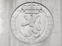 Flachrelief des belgischen Löwes und der Krone stockbild