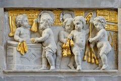 Flachrelief im Stein und im Gold von Arbeitsengeln Lizenzfreie Stockbilder