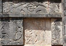 Flachreliefschnitzen eines Jaguars, des Adlers und der liegenden Mayakrieger, Stockfotos