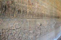 Flachreliefskulptur, die Szenen vom Leben des Khmer zeigt stockbild