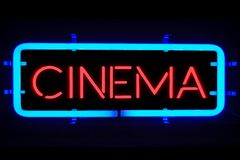 flackernde rote blaue Leuchtreklame Blinkens der Wiedergabe 3D auf schwarzem Hintergrund, Kinofilm-Unterhaltungszeichen Stockfotografie