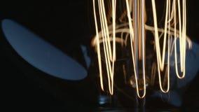 Flackernde und vibrierende Verdrahtung des Blinkens von Edison-Glühlampe stock footage