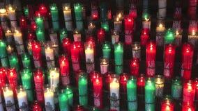 Flackernde Votive Kerzen bei Montserrat Monestary stock video