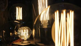 Flackernder Faden innerhalb dekorativer Glühlampen Edison, Design, Kreativität stock footage
