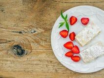 Flacky ciasto na drewnianym biurku Fotografia Royalty Free