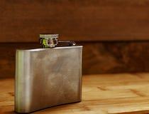 Flacon de boisson alcoolisée fait de métal photos libres de droits