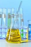 Flacon de laboratoire avec le liquide jaune Image libre de droits