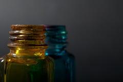 Flacon et bleu jaunes derrière Photo stock
