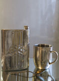 Flacon et tasse en métal Photo libre de droits