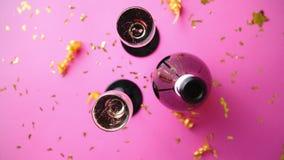 'flacon plein' et deux verres du vin de scintillement de champagne avec la décoration d'or banque de vidéos