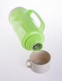 Flacon thermo thermo et en plastique sur le fond. image stock