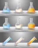 Flacons de laboratoire avec des liquides à l'intérieur illustration libre de droits