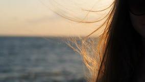 fladdrande h?r Flicka på havet på solnedgången stock video