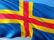 Flaga Aland wyspy falowanie w wiatrze przeciw głębokiemu niebieskiemu niebu Wysokiej jako?ci tkanina obrazy royalty free