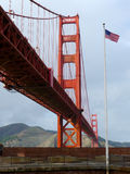 Flaga amerykańska blisko Golden Gate Bridge obrazy royalty free