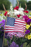 Flaga amerykańska i kwiaty na Graveside obrazy stock
