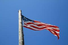 Flaga amerykańska i stary słup Obraz Royalty Free