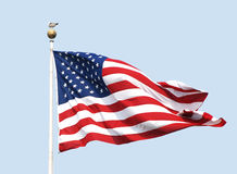 Flaga amerykańska lata na słonecznym dniu przeciw jasnemu niebieskiemu niebu. Zdjęcie Royalty Free