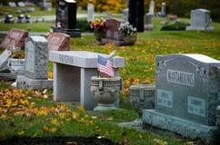 Flaga amerykańskiej i cmentarza headstones Zdjęcie Stock