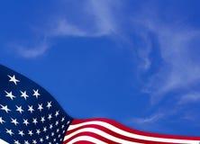 Flaga amerykańska na nieba tle zdjęcia royalty free