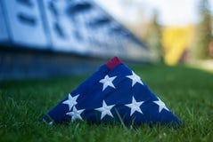 Flaga amerykańska na tle trawa i cegiełka nieboszczyk Pojęcie dla Memorial Day i inni wakacje Zlany obrazy royalty free