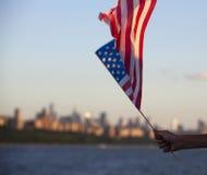 Flaga amerykańska podczas dnia niepodległości na hudsonie z widokiem przy Manhattan, Miasto Nowy Jork, Stany Zjednoczone - Obraz Royalty Free