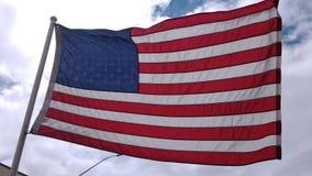 Flaga Amerykańska przy Ładnym ujawnieniem półprzezroczystym z wspaniałym niebem behind Chmury przeciw białemu niebu żadny dźwięk zdjęcie wideo